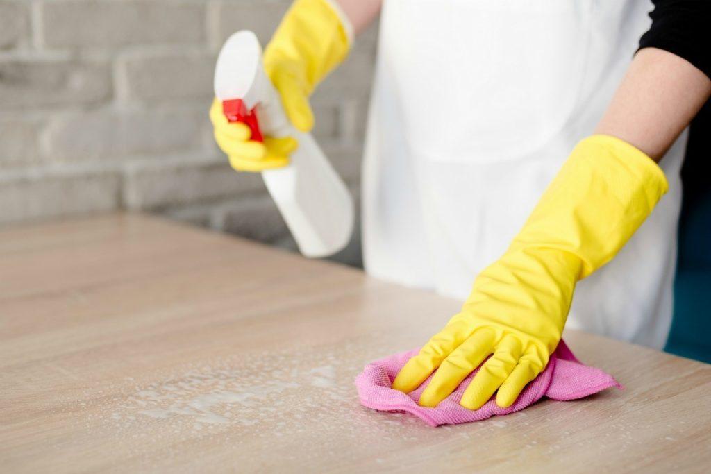 tips på att rengöra lackade trämöbler